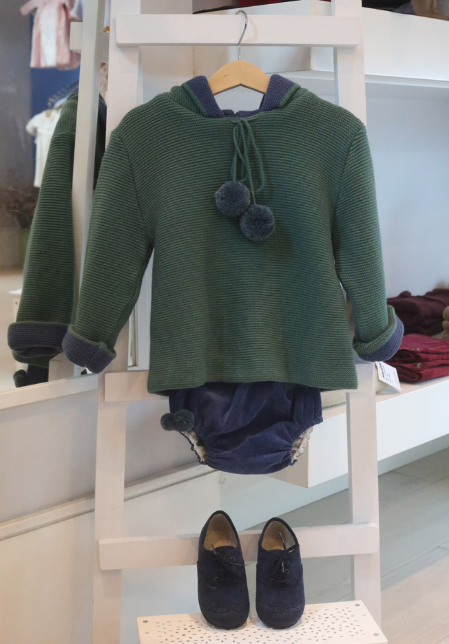 Jersey verde con capucha y pompones, con cubrepañal y zapatos a juego