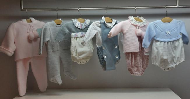 Peleles, ranitas, vestidos, faldones..., gran variedad para recién nacidos