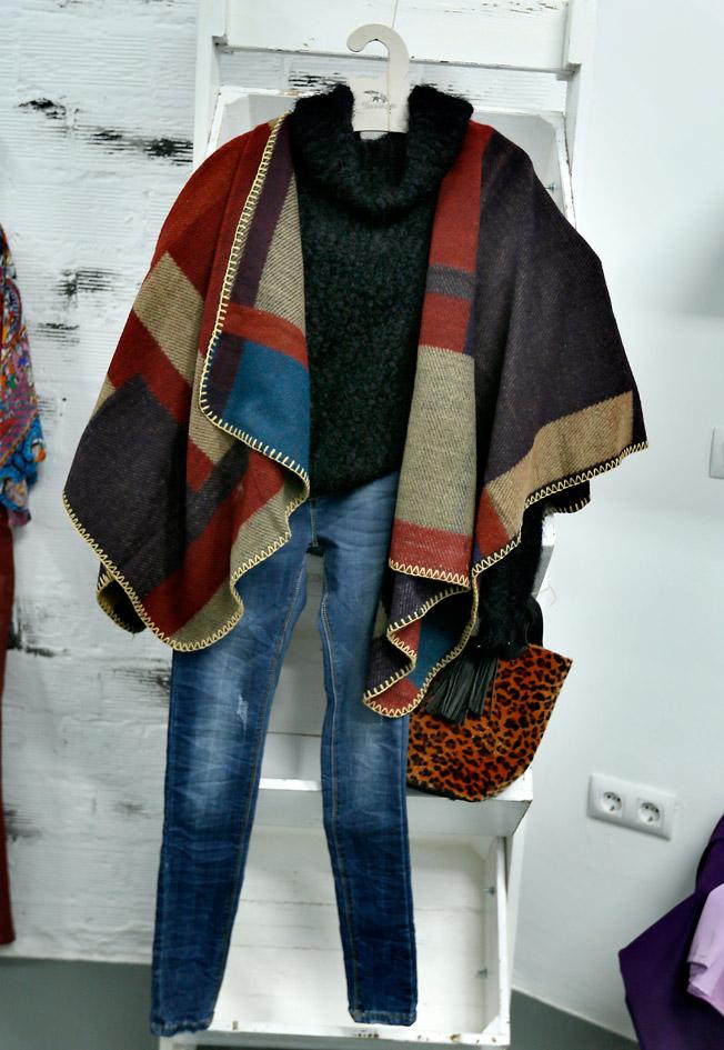 Jersey negro de cuello vuelto, pantalón vaquero pitillo, bolso parisino de leopardo y capa de lana en varios colores