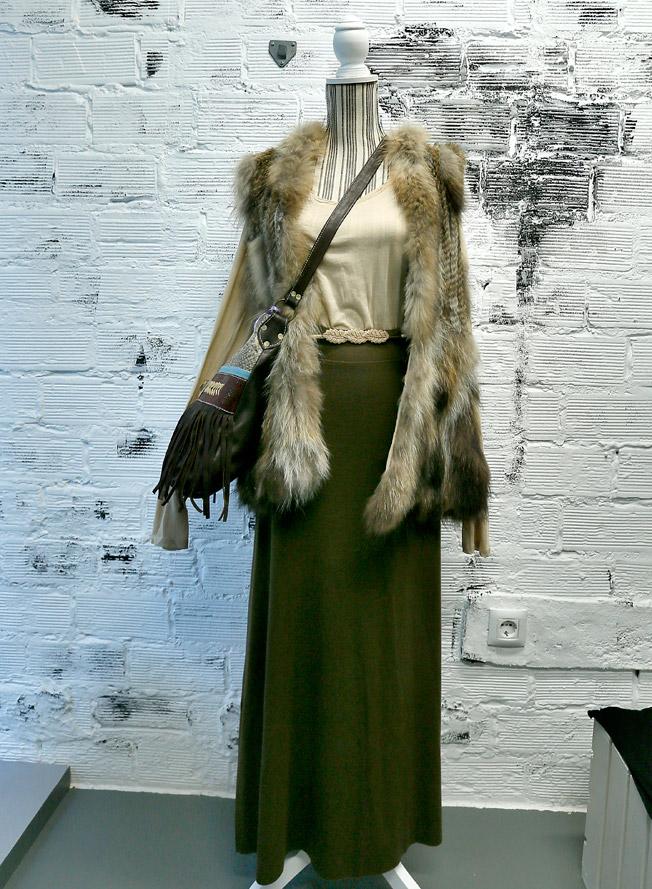 Falda larga y camiseta básica de algodón, ambas de American Vintage, chaquetón sin mangas de pelo de conejo de Tarifa Soul y bolso de piel con flecos