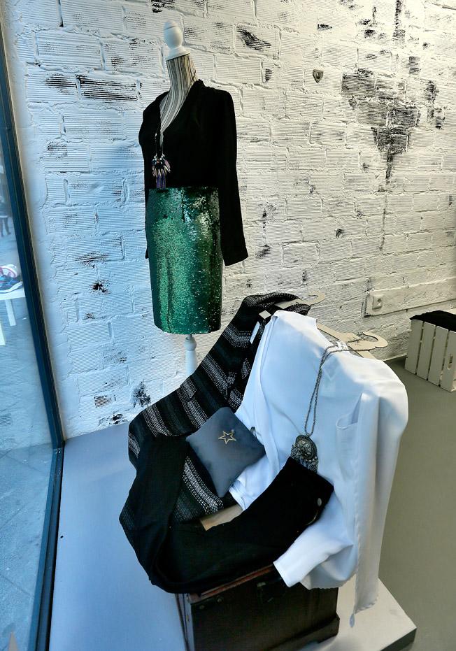 Falda de lentejuelas en tono verde con body negro abierto en la espalda, junto a un traje skater en negro y plata