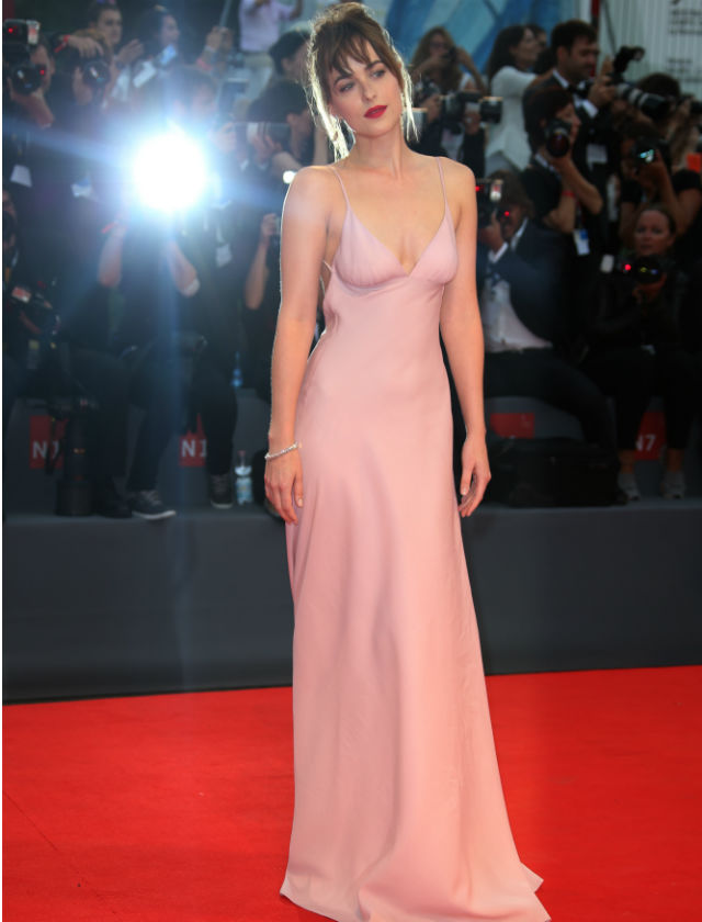 Dakota Johnson con un Prada en color rosa cuarzo. Agencias