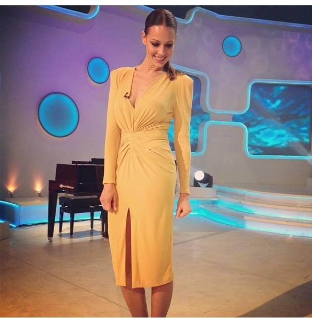 Eva González con vestido de Fernando Claro en Se llama Copla