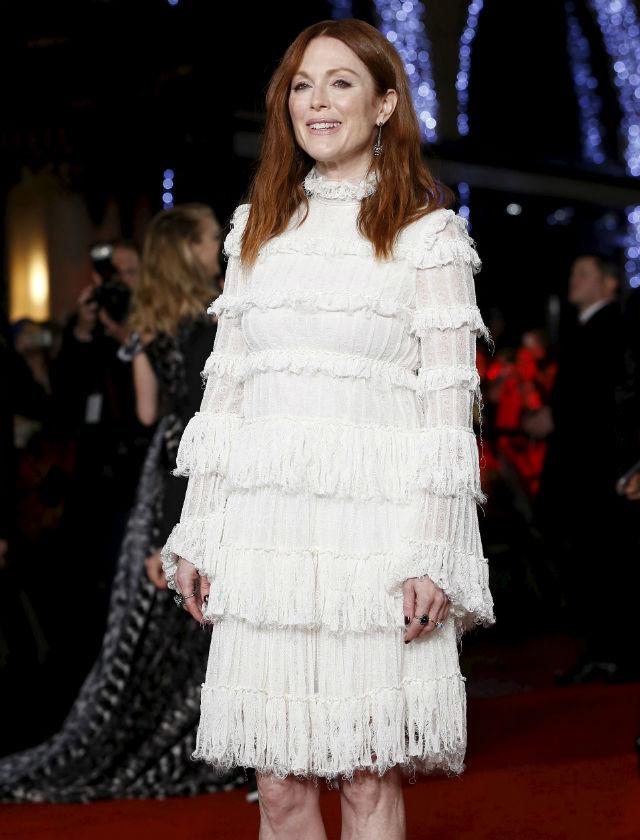 Julianne Moore sorprendió con este vestido corto y de manga larga blanco y repleto de flecos. Reuters