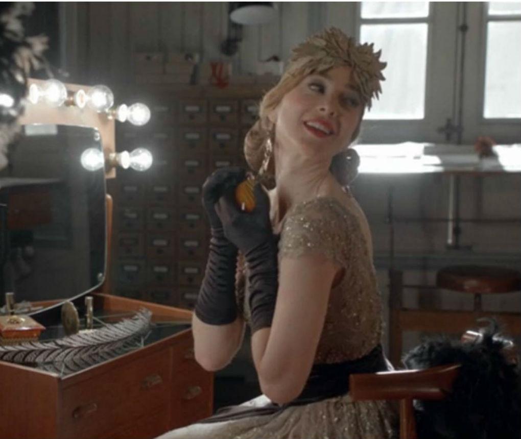 Marta Hazas, una de las protagonistas de la serie de éxito de antena 3,  Velvet, con tocado de Mibúh
