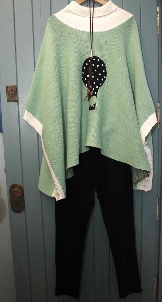 Poncho verde con dibujo estampado de globo y pantalón negro de TitisClothing