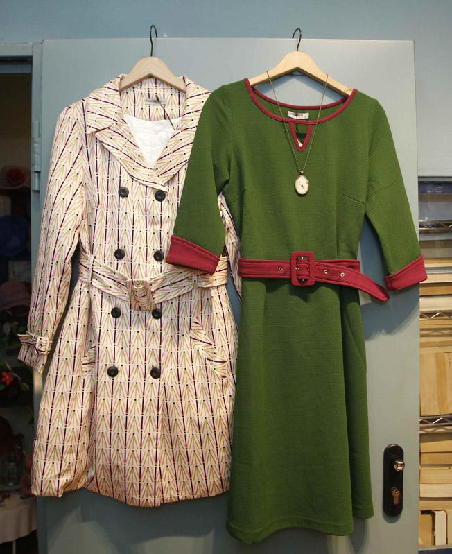 Abrigo tipo gabardina estilo retro y vestido bicolor en verde y bugambilla de TitisClothing