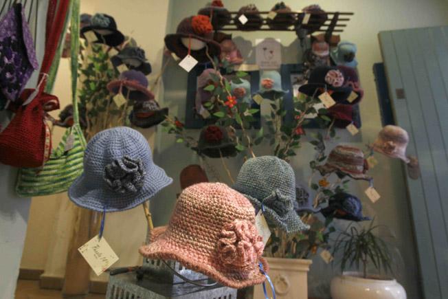 Sombreros artesanos exclusivos de Puesto 14 a beneficio de 'Creando lazos', asociación creada por la doctora y oncóloga Ana Casas que ayuda a pacientes de cáncer de mama a afrontar su enfermedad