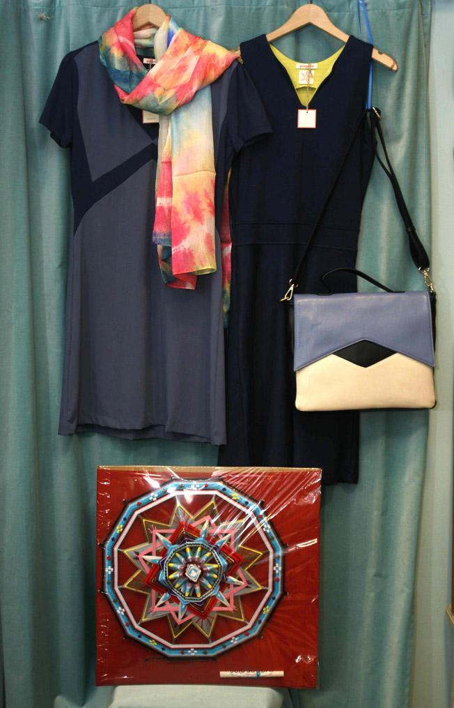 Vestido de seda y algodón con lana entretejida y pichi azul, ambos de Quisquillas, con accesorios a juego y mándala artesano