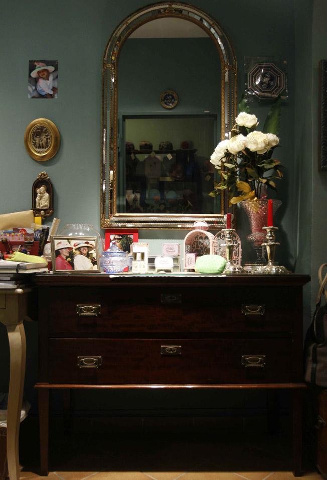 Cómoda francesa de caoba con espejo, jarrón de cristal y plata, candelabros de alpaca, bombonera de cristal, jabones y perfumes franceses naturales