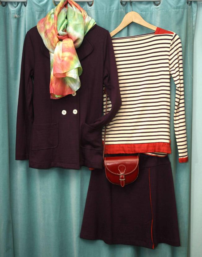 Chaqueta y falda en burdeos y camiseta de rayas marineras de Quisquillas