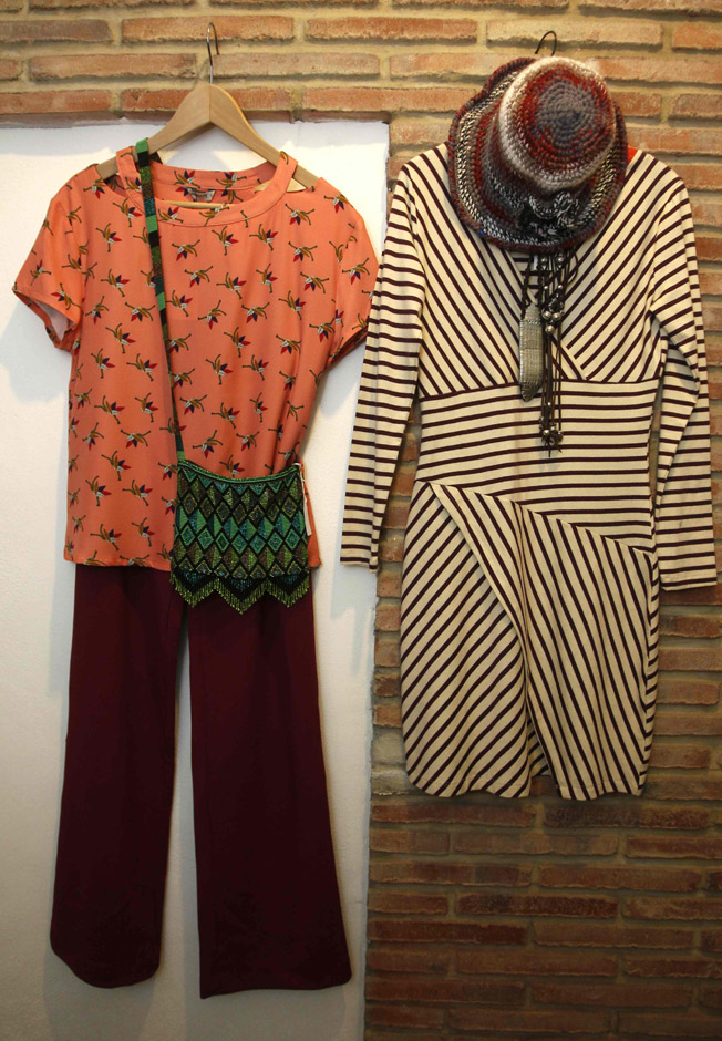 Vestido de rayas marineras de la firma Quisquillas, con pantalón de tiro alto y pierna recta color bugambilla y camisa estampada en tono salmón, ambos de TitisClothing