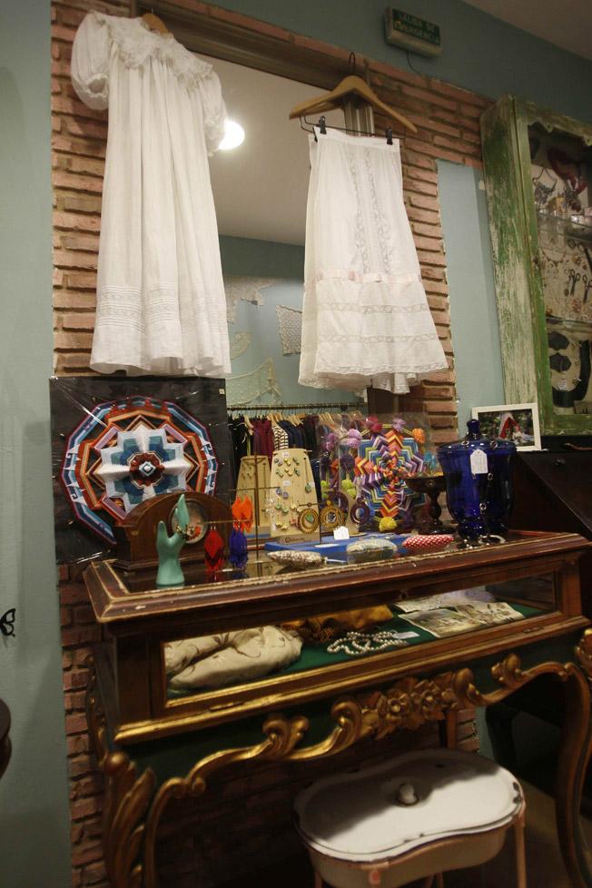 Decoración interior de la tienda fusionada con el estilo de sus prendas, accesorios y artículos de decoración