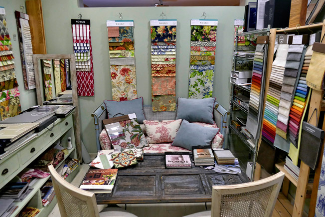 De tiendas por sevilla el patio antig edades y decoraci n for Carrera de interiorismo y decoracion