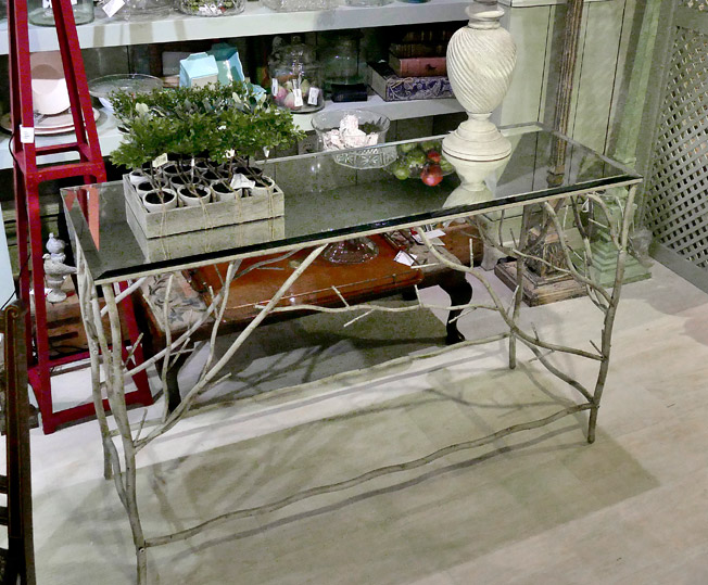 consola alemana moderna hecha de forja y cristal