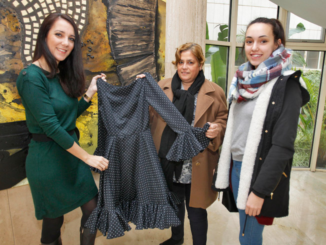 Ángeles Gálvez hace entrega de un traje de flamenca a la ganadora del concurso