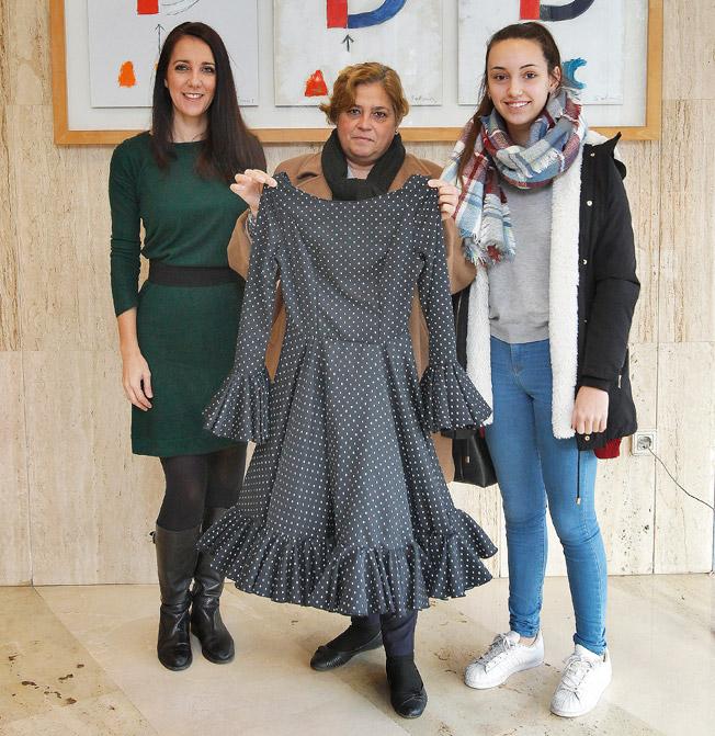 La diseñadora, Ángeles Gálvez, a la izquierda, y en el centro la ganadora, Estefanía León, junto a su hija Regina Barrera