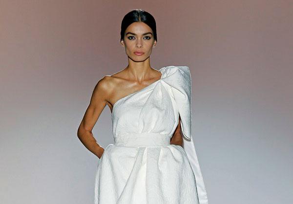 peinado-vestido-novia-escote-asimetrico