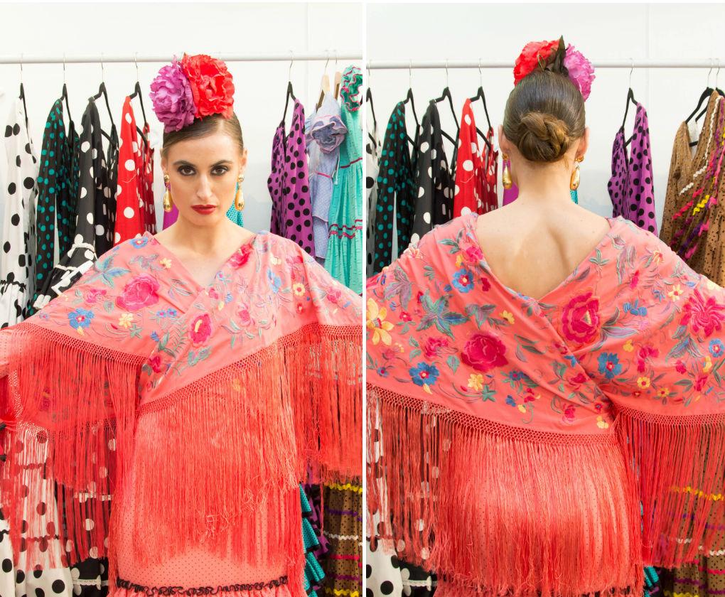 Dos mantoncillos cruzados en la cintura crean esta especie de kimono sobre tu traje de flamenca. Laura Álvarez