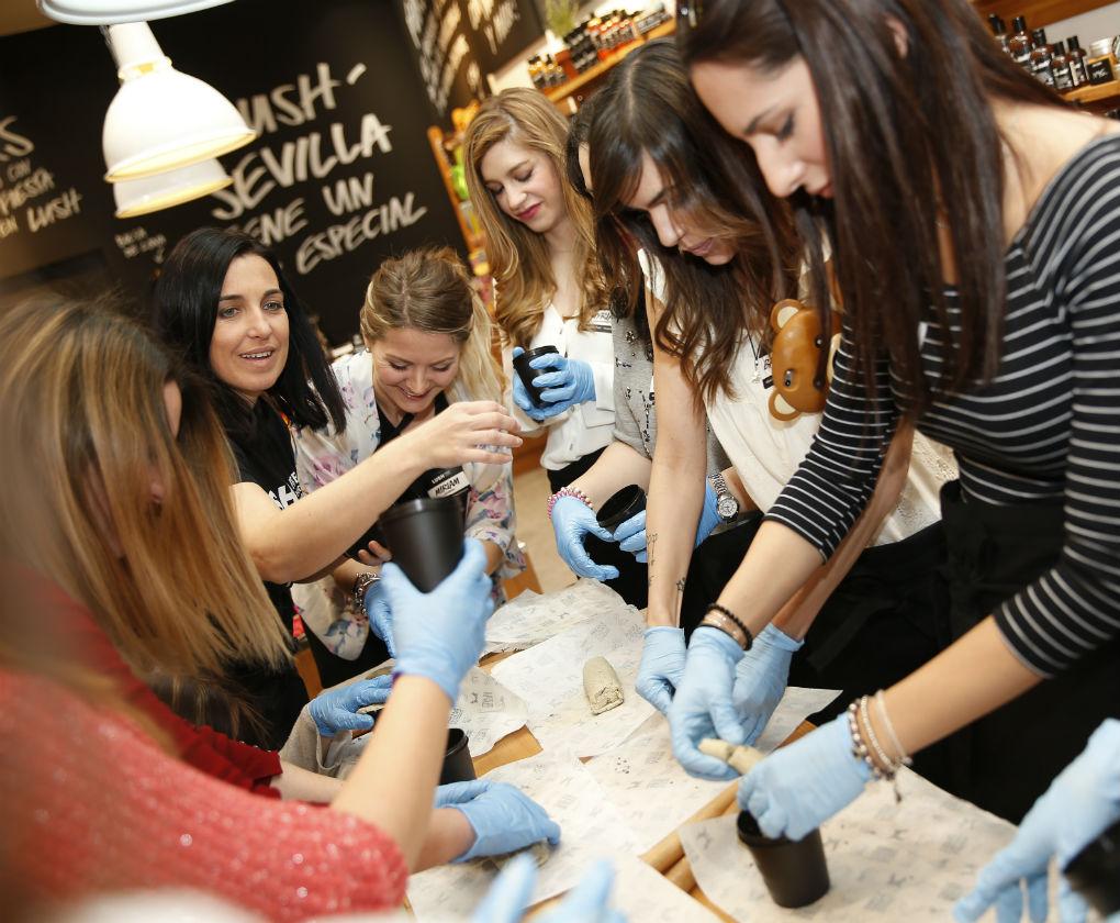 Visita a Lush en la primera jornada de la #Cosmetiktrip4 en Sevilla. Antonio Ferrus