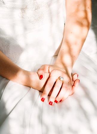 Novias con uñas rojas