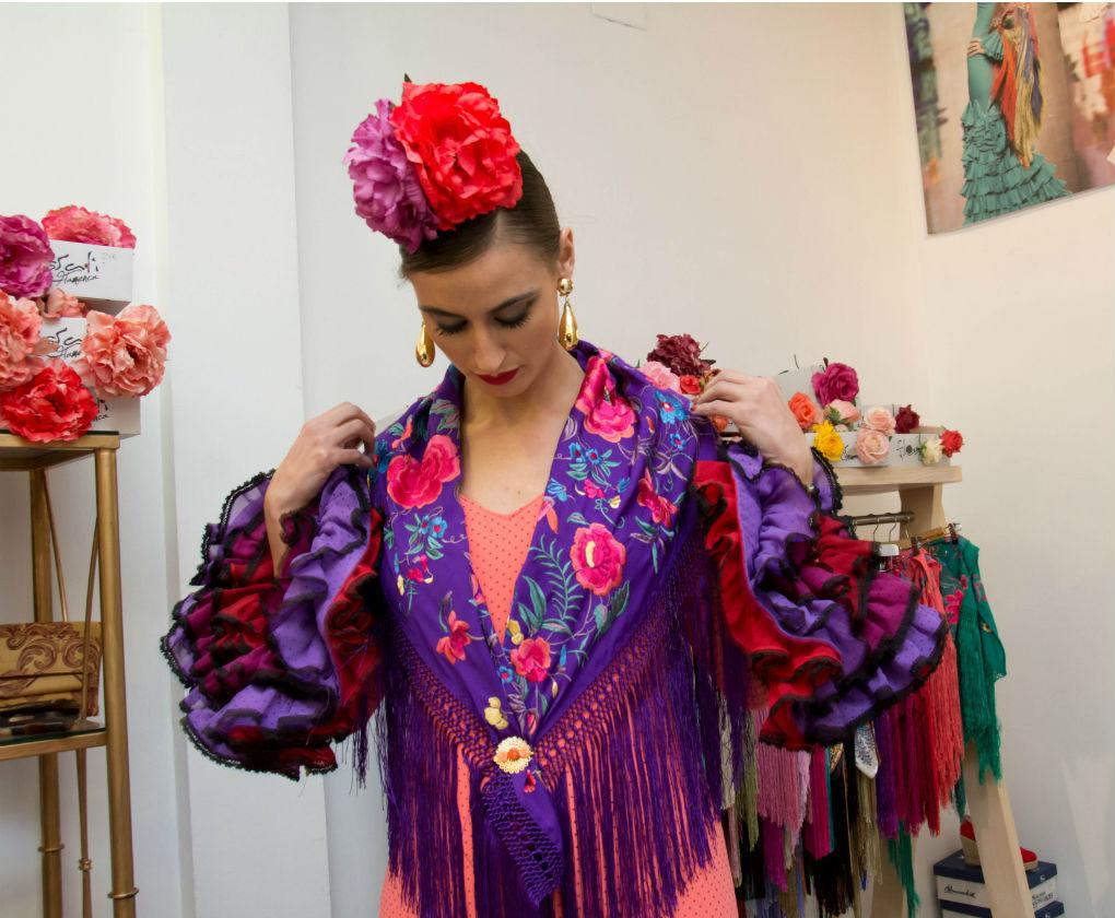 Rocío Peralta nos muestra las distintas formas de colocar un mantoncillo en tu traje de flamenca. Laura Álvarez