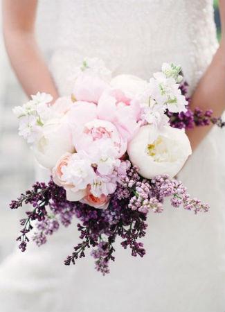Ramo de novia con peonías y lavanda