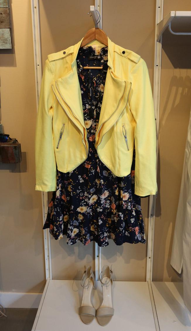 Chaqueta biker amarilla y vestido con estampado floral