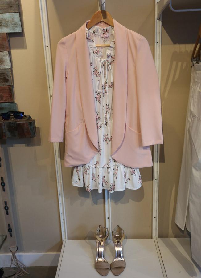 Blazer rosa pastel con vestido de estampado floral y sandalias tono nude con aplique dorado