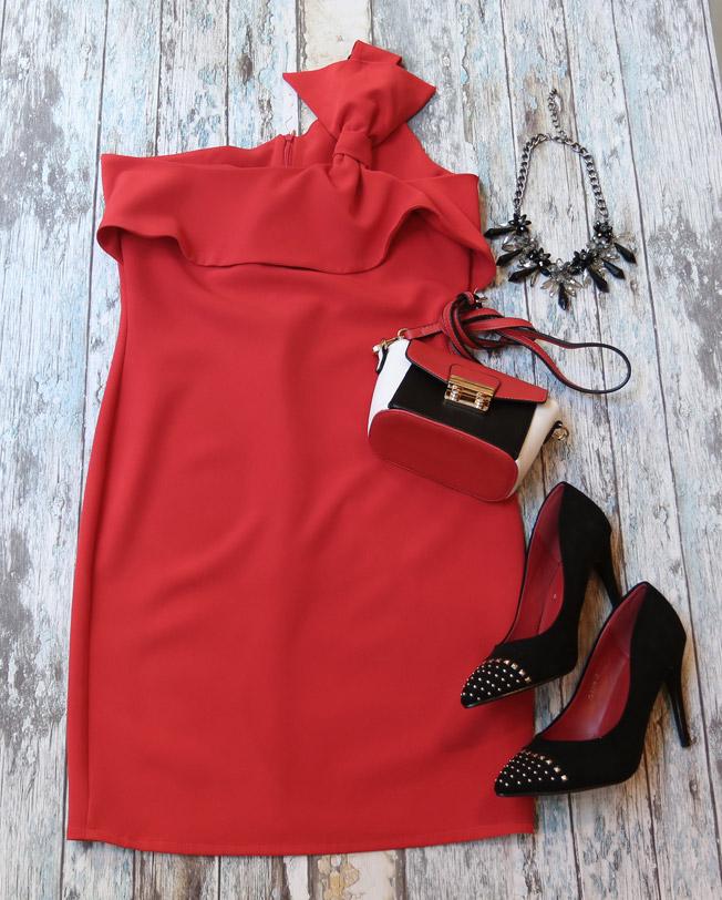 Vestido de fiesta rojo valentino con stilettos de tachuelas, collar y bolso de fiesta