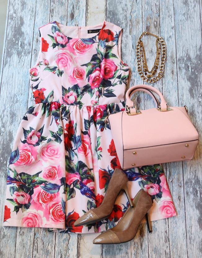 Vestido estampado de fiesta con stilettos nude y bolso rosa