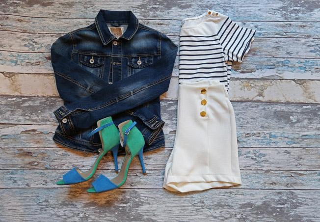 Look navy con short de blanco de tiro alto, camiseta marinera con apliques dorados y chaqueta vaquera básica, además de sandalias bicolor