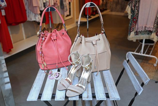 Selección de complementos con bolsos en tono pastel, sandalias y pulseras