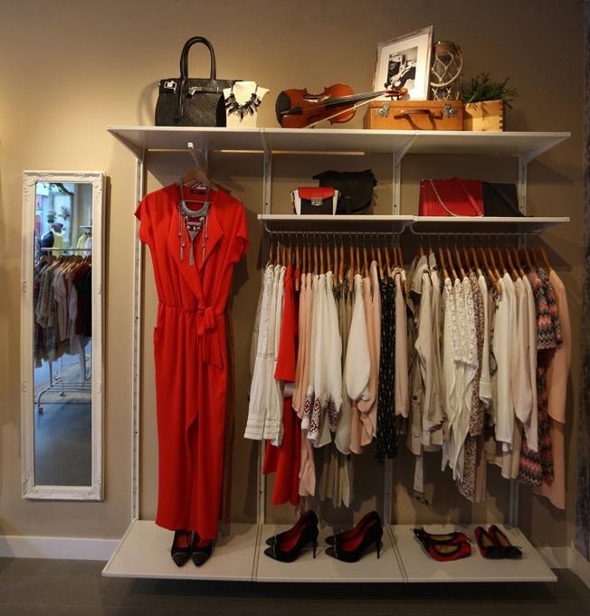 Frontal de la tienda con mono rojo como protagonista y otras prendas y complementos de la nueva colección