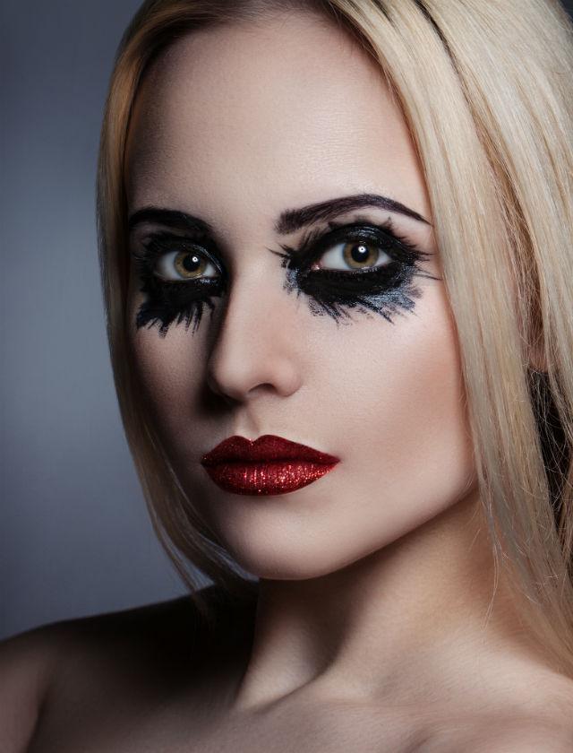 Para las que no puedan hacer un maquillaje complicado, pero interesante con labios flitter y ojos negros
