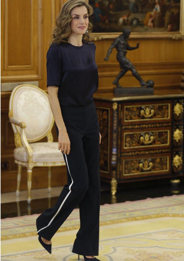 Doña Letizia con el polémico look del pantalón de estilo chándal con tacones. Foto: EFE