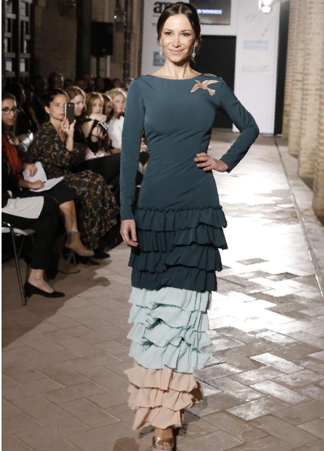 Ceclia Gómez con uno de los diseños de moda flamenca de la línea Mordisco Flamenco que ha creado junto a By Mordisco. Foto: Chema Soler