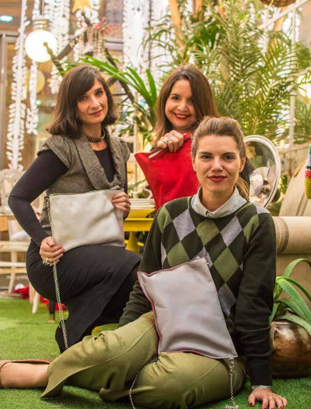 Sara Moreno, Rocío Reche Selas y María L. Vergara (diseñadora) con los bolsos Wabi Sabi. Foto: Felipe Benigno