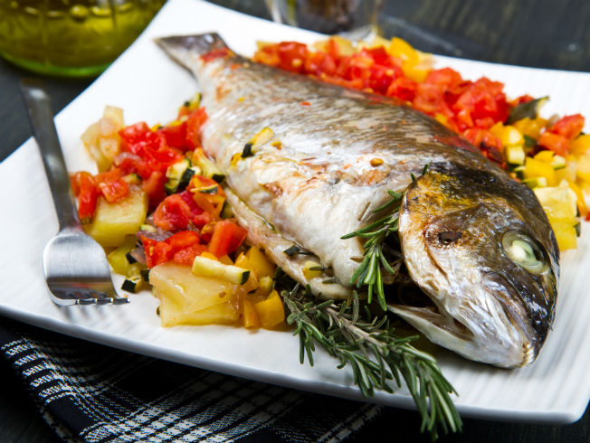 Ocho recetas de pescados al horno que debes probar for Cocinar pez espada al horno