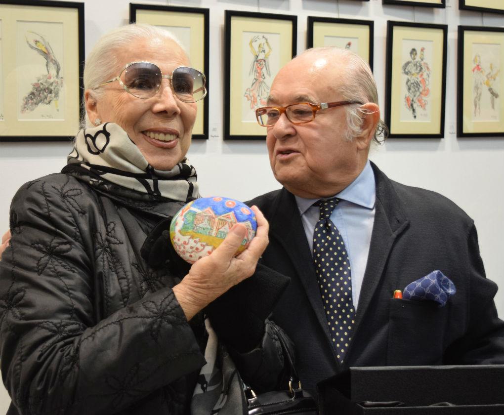 Tony Benítez entregó a Lina una de sus piedras pintadas más especiales. Foto: BS