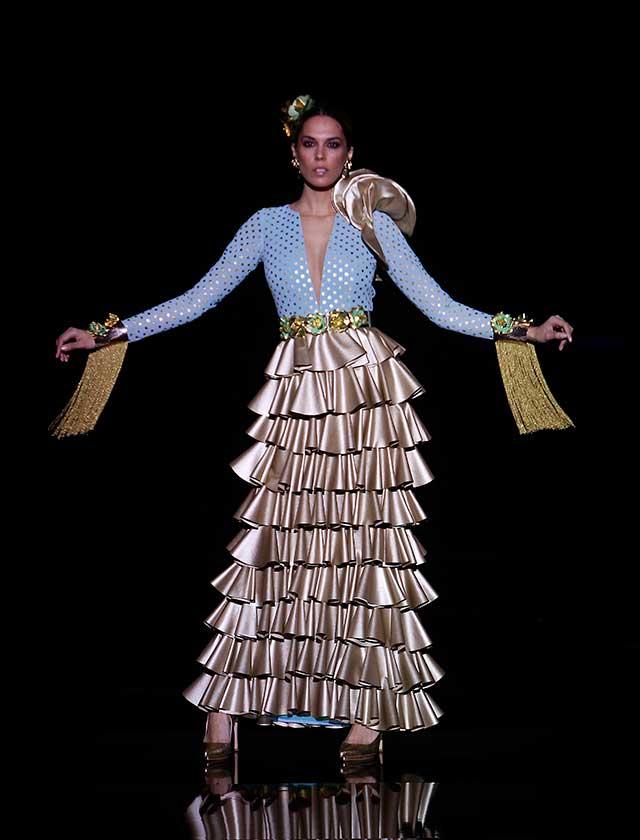 La diseñadora Ana Morón ha presentado «Volaré»,  una colección de vestidos que modernizan las formas y texturas con estudiados volúmenes y transparencias que crea una silueta flamenca más contemporánea (J. M. Serrano / Raúl Doblado)
