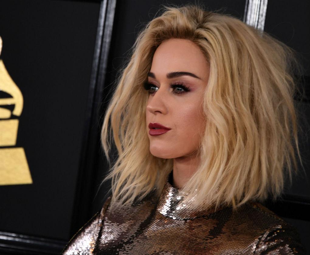 Katy Perry lució melena media en rubia, suelta y con un aire «messy» o despeinada. Foto: AFP