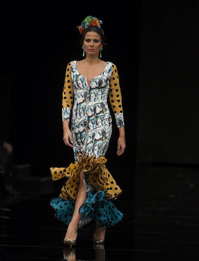 La diseñadora ha regresado a la pasarela flamenca con su colección «Remolino» con una amplia paleta cromática (Rocío Ruz / Raúl Doblado)