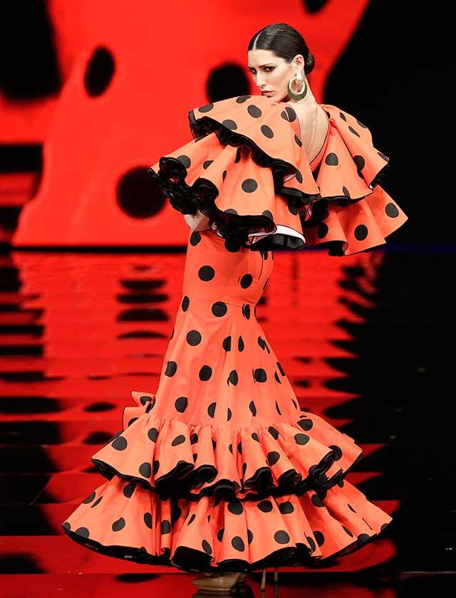 «A mi manera» está inspirada en la trayectoria profesional del diseñador y conjuga la comodidad del traje de flamenca y los cortes más elegantes. (J.M. Serrano / Vanessa Gómez)