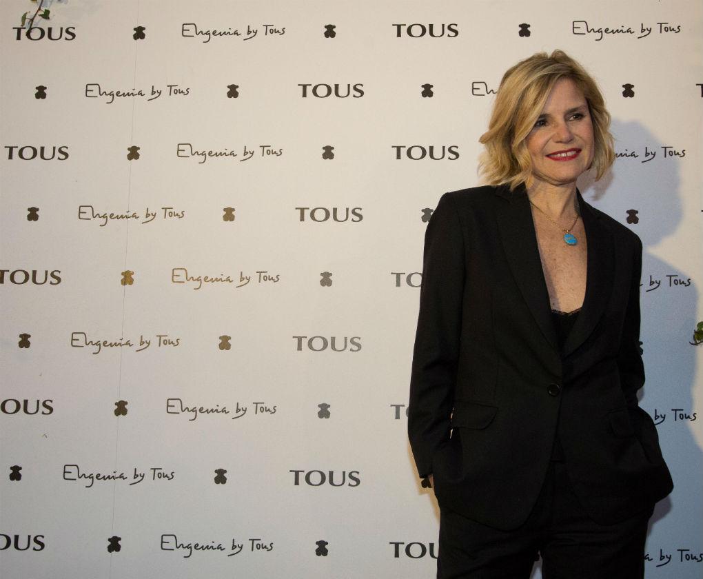 Eugenia Martínez de Irujo posa con el medallón de la Duquesa de Alba en la presentación de la colección Tanuca para Tous