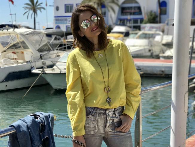 M José Gordillo con look de primavera en el que destaca el amarillo