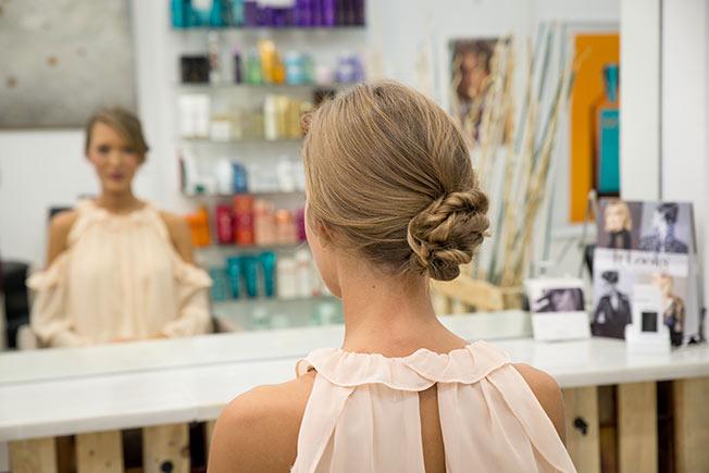 Ideas de peinados de flamenca: moño ladeado con retorcidos