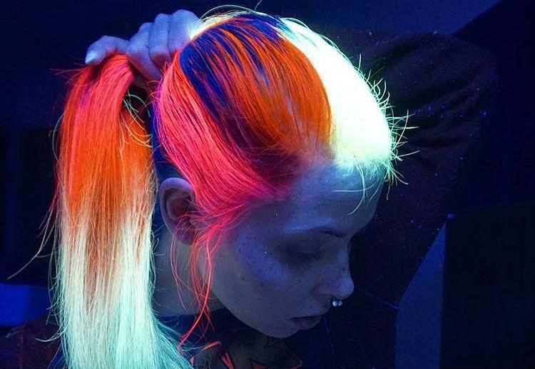 Tendencia «glow hair»: pelo que brilla en la oscuridad