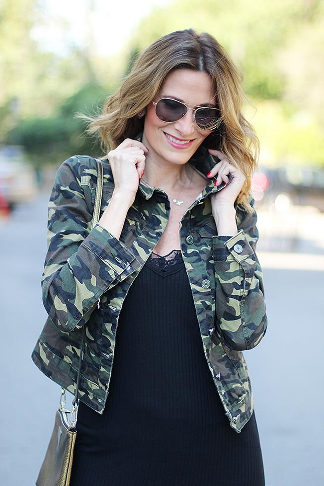 La blogger de Con paso chic crea un look de tendencia con camuflaje y alpargatas