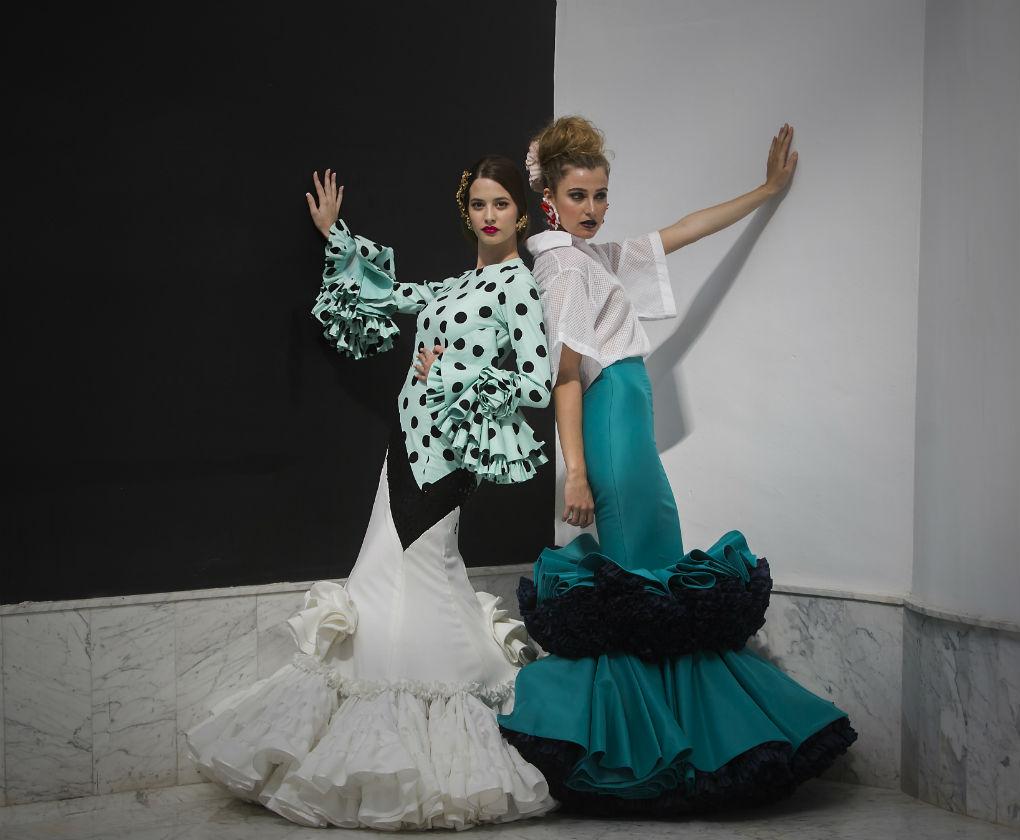 Anabel con traje de flamenca y complementos de Ernesto Sillero y Lola con conjunto de flamenca de Pedro Béjar y complementos de Benjamín Bulnes, ambas con calzado de Roberto Garrudo. Foto: JM Serrano